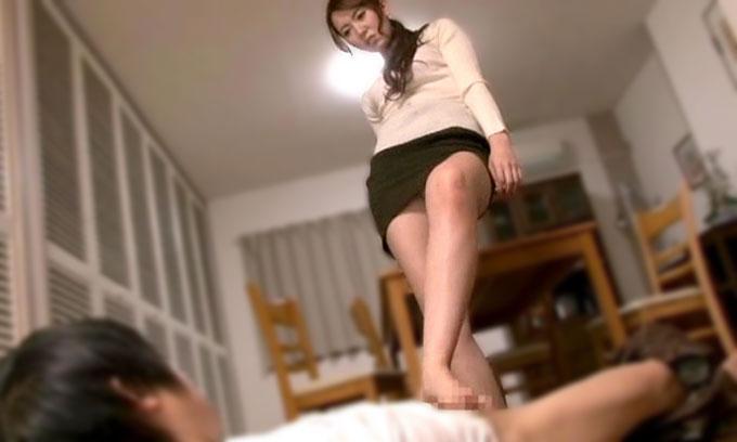 【痴女動画】波多野結衣|巨乳痴女が息子をレイプ!食事中にテーブルの下から足コキで誘惑し全裸にさせそのまま射精させる近親相姦【CFNM】