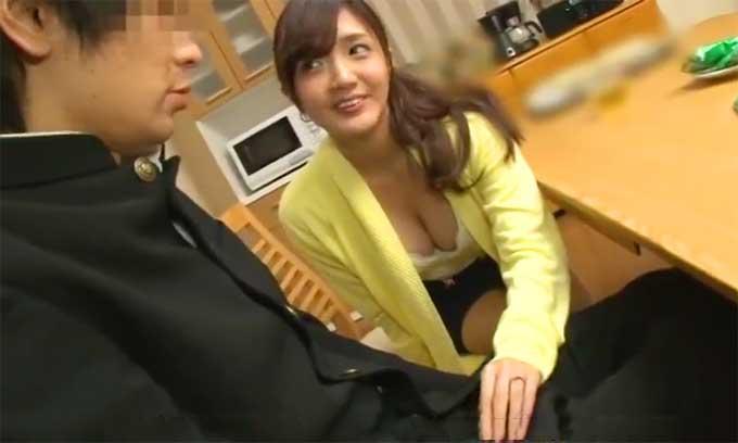 【痴女動画】巨乳熟女がテーブルの下から足コキして童貞を誘惑!ベッドに連れ込まれ筆おろし