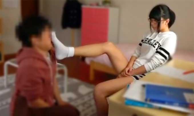 【痴女動画】童貞の家庭教師を調教する変態JK!足の匂いを嗅がせ小便を飲ませる 高杉麻里